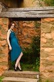 Junger hübscher Frauenstand im Zauntor Stockfoto