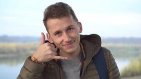 Junger hübscher Freundshowanblick mich mit den Fingern und Flirt anrufen stock video