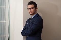 Junger hübscher Geschäftsmann In Blue Suit Lizenzfreie Stockfotos