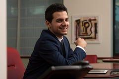 Junger hübscher Geschäftsmann In Blue Suit Lizenzfreie Stockbilder