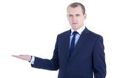 Junger hübscher Geschäftsmann, der ein copyspace lokalisiert auf w darstellt Stockfotografie