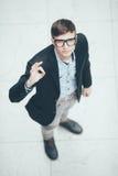 Junger hübscher Geschäftsmann, der okayzeichen macht Beschneidungspfad eingeschlossen Stockbild