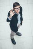 Junger hübscher Geschäftsmann, der okayzeichen macht Beschneidungspfad eingeschlossen Lizenzfreie Stockbilder