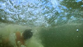 Junger hübscher Junge, der zum Meer springt Kinder springen in das Meer von Saltos Jugendliche springen in das Wasser swim stock video footage