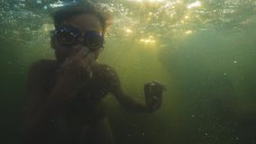 Junger hübscher Junge, der zum Meer springt Kinder springen in das Meer von Saltos Jugendliche springen in das Wasser swim stock footage
