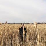 Junger hübscher Kerl auf einem Gebiet Lizenzfreie Stockfotografie