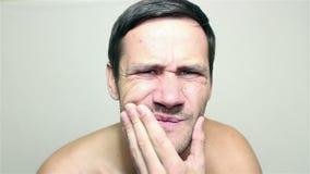 Junger hübscher Kerl leidet unter Zahnschmerzen stock footage