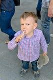 Junger hübscher kleiner Junge, der eine Festlichkeit isst Lizenzfreie Stockbilder