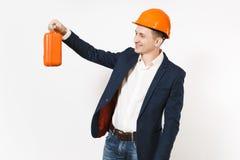 Junger hübscher lächelnder Geschäftsmann im dunklen Anzug, schützender Bausturzhelmholdingfall mit Instrumenten oder Werkzeugkast stockfotos