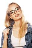 Junger hübscher Mädchenjugendlicher in den Gläsern auf weißem blondem ha Lizenzfreie Stockbilder