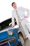 Junger hübscher Mann, der nahe altem Auto steht Lizenzfreie Stockfotografie