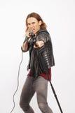 Junger hübscher Rocksänger, der Mikrofon hält Stockfoto