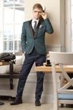 Junger hübscher stilvoller Mann im modischen Café Stockbilder