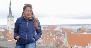 Junger hübscher Tourist, der auf Aussichtsplattform in der alten Stadt Tallinn, Estland sitzt stock video