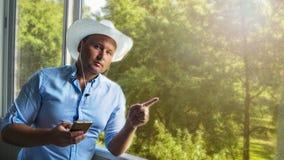 Junger h?bscher kaukasischer Mann lizenzfreies stockfoto