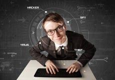 Junger Hacker in der futuristischen Umwelt, die persönliches informati zerhackt Stockbilder