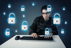 Junger Hacker mit virtuellen Verschlusssymbolen und -ikonen Lizenzfreies Stockfoto