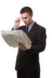 Junger hansome Mann in der Klage mit Zeitung Lizenzfreies Stockfoto
