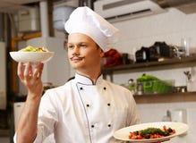 Junger Hauptkoch mit Delikatesse Stockbild