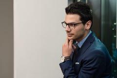 Junger hübscher Geschäftsmann In Blue Suit Lizenzfreies Stockbild