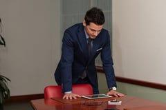 Junger hübscher Geschäftsmann In Blue Suit Stockfoto