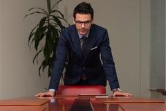 Junger hübscher Geschäftsmann In Blue Suit Lizenzfreies Stockfoto