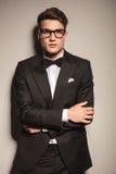 Junger hübscher Geschäftsmann, der auf einer Wand sich lehnt Lizenzfreies Stockfoto