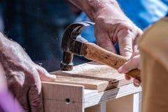 Junger Helfer mit einem Hammer stockbilder