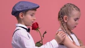 Junger Herr mit der Rose, die versucht, sich zu entschuldigen seine beleidigte Freundin, Liebe stock footage