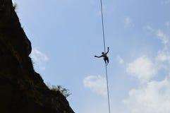 Junger highline Wanderer hoch auf einem Drahtseil im Himmel Stockbilder