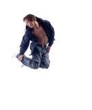 Junger Hip-Hop-Ausführender, der in Studio springt Stockfoto