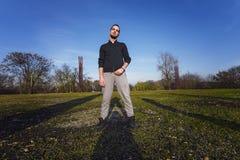 Junger Hippie-Mann auf dem grünen Gebiet Stockfotos