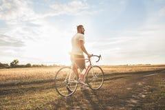 Junger Hippie-Mann mit Fahrrad Lizenzfreies Stockbild
