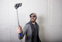 Junger Hippie modischer Bloggermann, der Stockaufnahme selfie Video in vlog Konzept hält Lizenzfreie Stockfotos