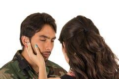 Junger hispanischer Abschied nehmender Militärsoldat Stockfoto