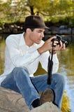 Junger hispanischer Fotograf Stockfotos