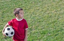 Junger hispanischer Fußball-Spieler Stockfoto