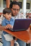Junger hispanischer Mann auf einem Computer Lizenzfreie Stockfotografie