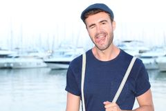 Junger hispanischer Mann, der heraus seine Zunge blinzelt und haftet Lizenzfreie Stockfotos