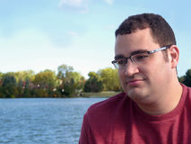 Junger hispanischer Mann durch See Stockbild
