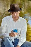 Junger hispanischer Mann mit Handy Stockfotografie