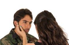 Junger hispanischer Militärsoldat, der von Abschied nimmt Lizenzfreies Stockfoto