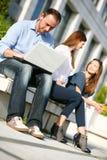 Junger Hochschulmann und -mädchen Lizenzfreies Stockfoto