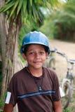 Junger honduranischer Junge, der einen Bau-Schutzhelm trägt Lizenzfreie Stockfotos
