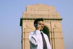 Junger Inder auf Handy Stockfotografie