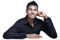 Junger indischer Mann, der aufwärts schauen und Denken lizenzfreie stockbilder
