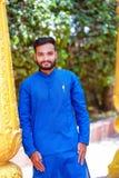 Junger indischer Mann in der traditionellen Abnutzung stockfotografie