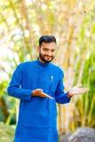 Junger indischer Mann in der traditionellen Abnutzung lizenzfreies stockfoto