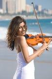 Junger indischer Violinenspieler auf Strand Lizenzfreies Stockfoto