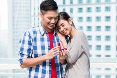 Junger indonesischer Mann macht der Freundin Antrag Lizenzfreie Stockfotos